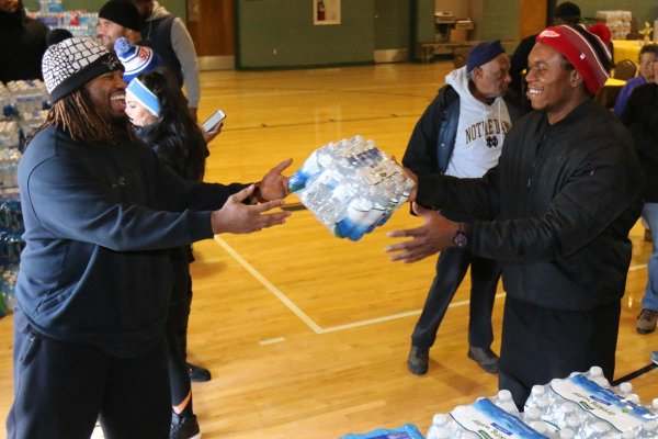 Detroit Lions players donate water to Flint
